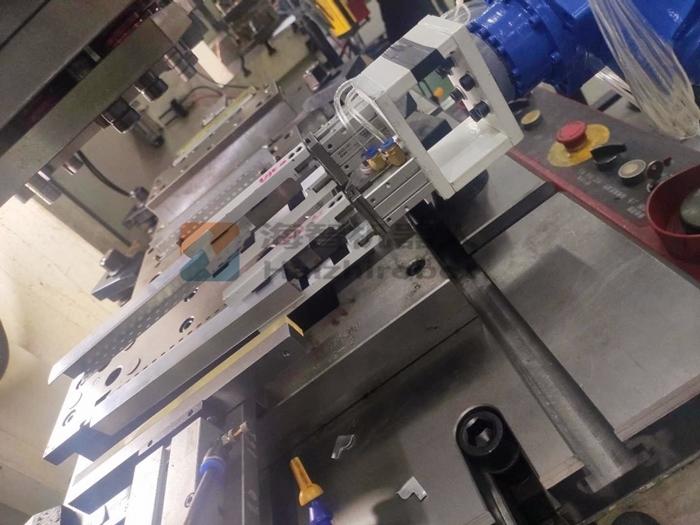 冲压模具三合一机械手放料细节